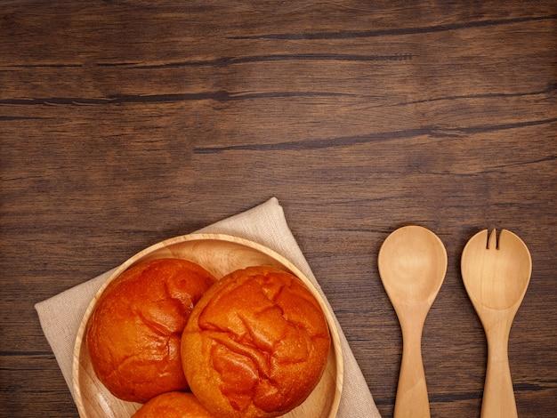 나무 배경에 상위 뷰 빵