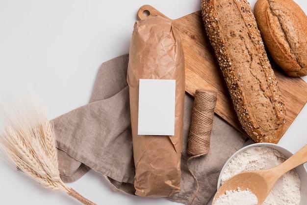 Вид сверху хлеба с семенами и веревкой