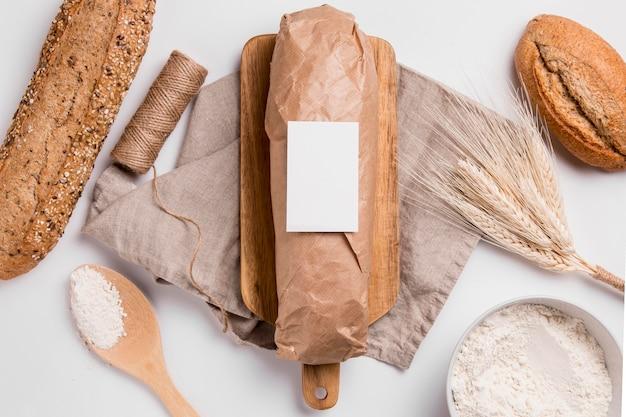 Вид сверху хлеба с пшеницей и веревкой