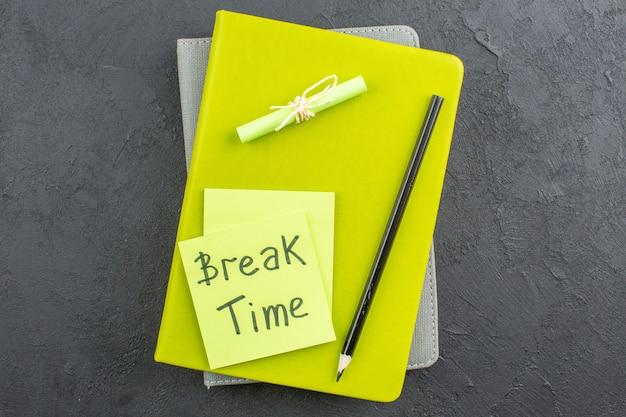 付箋紙に書かれた上面図の休憩時間暗いテーブルのメモ帳に黒の鉛筆
