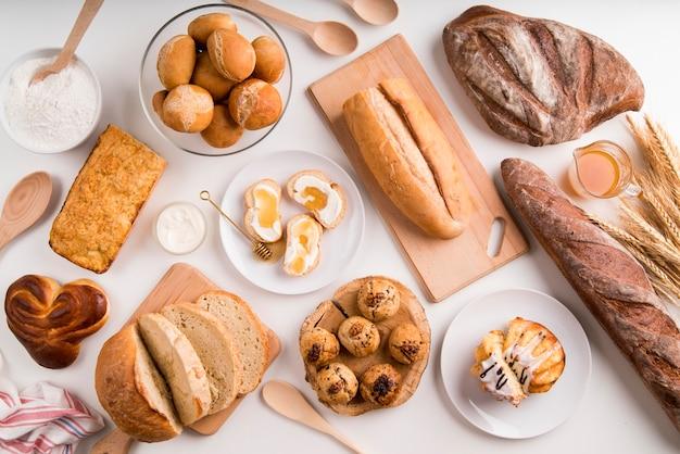 トップビューの朝食とパンのミックス
