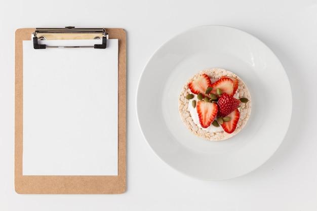 Vista dall'alto colazione e copia spazio negli appunti