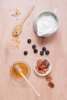 Вид сверху завтрак с медом и йогуртом