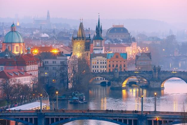 プラハのヴルタヴァ川の橋のトップビュー