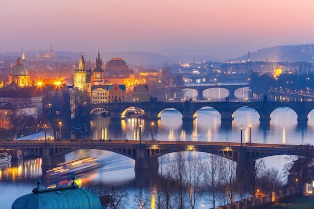 Вид сверху мостов на реке влтаве в праге