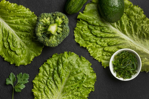 Vista dall'alto di broccoli con sedano