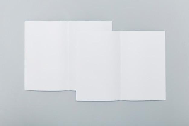 Сложенные брошюры