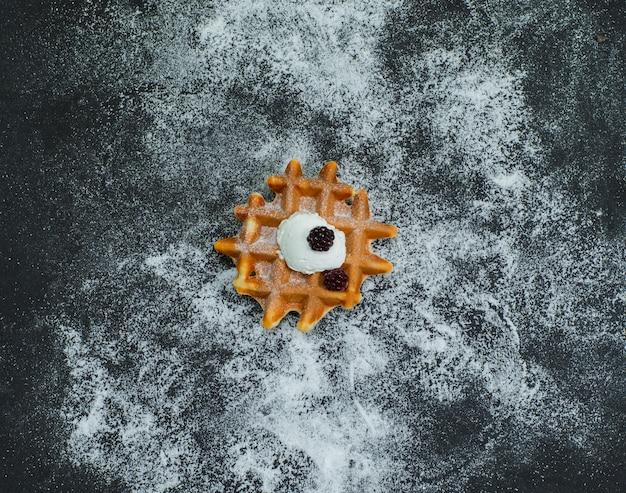 Vista dall'alto rotto waffle su oscurità. orizzontale