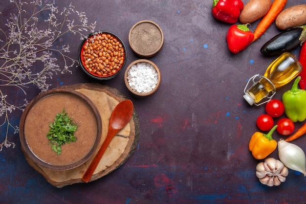 Vista dall'alto zuppa di fagioli marroni deliziosa zuppa cotta con verdure fresche sulla superficie scura cena zuppa di fagioli colore pasto piccante