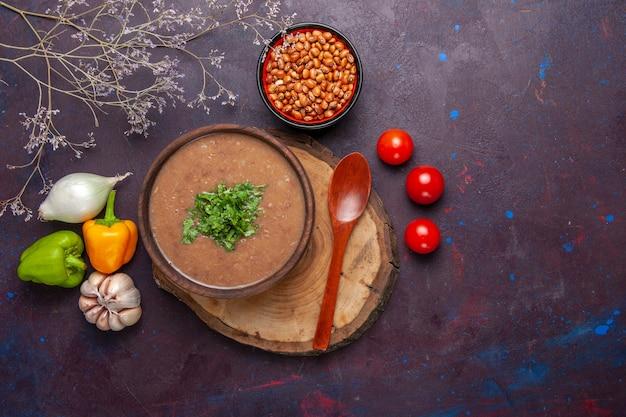 Vista dall'alto zuppa di fagioli marroni deliziosa zuppa cotta con verdure sulla superficie scura zuppa di verdure pasto olio alimentare