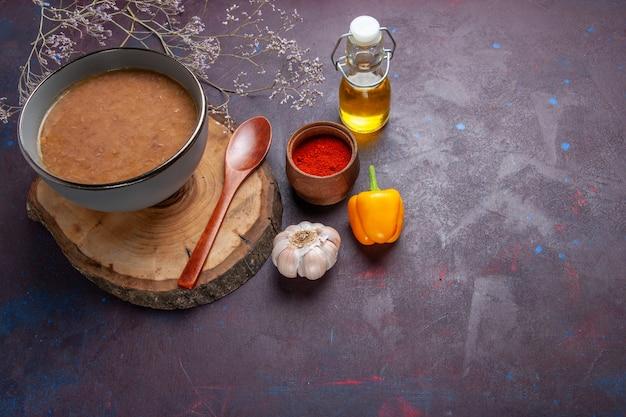 Вид сверху суп из коричневой фасоли с оливковым маслом и чесноком на темной поверхности суп овощная мука еда кухонная фасоль