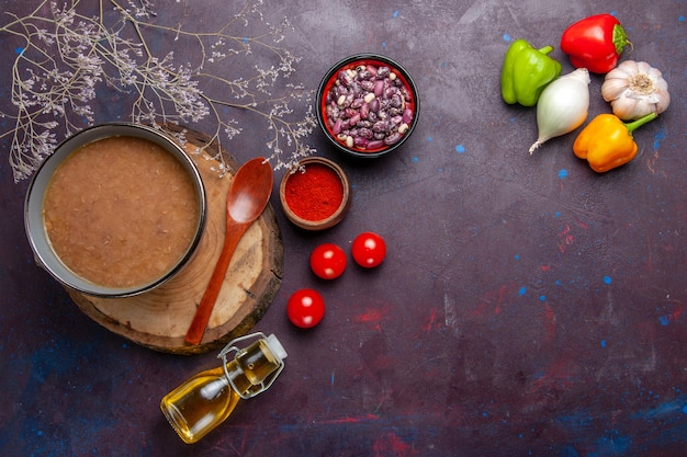 Vista dall'alto zuppa di fagioli marroni con verdure sul fagiolo di cucina di farina di verdure di superficie scura