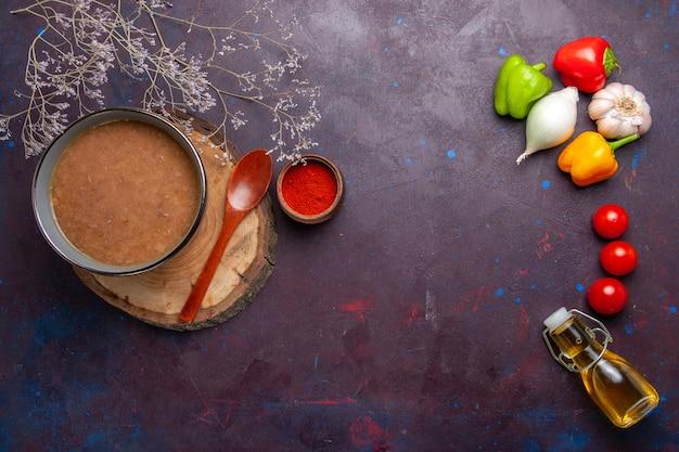 上面図暗い表面のスープに野菜が入った茶色の豆のスープ野菜の食事食品キッチン豆