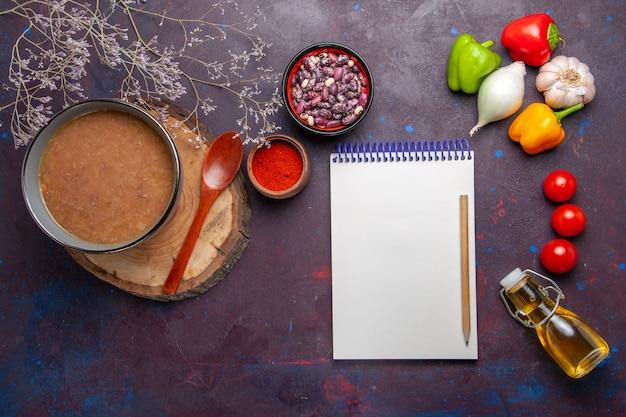 어두운 표면 수프 야채 식사 음식 부엌 콩에 야채와 함께 상위 뷰 갈색 콩 수프