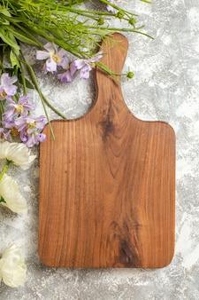 白い表面の花の庭の木に花と上面の茶色の机