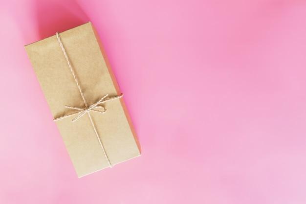 トップビューピンクのパステルカラーの茶色のギフトボックス。