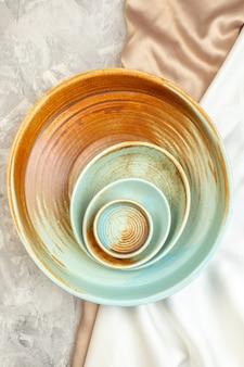 밝은 표면에 작은 접시가 있는 상위 뷰 갈색 접시 주방 음식 여성용 컬러 식사 수평 유리
