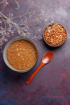 Vista dall'alto zuppa marrone sulla superficie scura minestra di verdure pasto cibo cucina olio