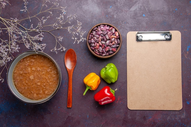 어두운 책상에 콩 접시 안에 상위 뷰 갈색 수프 수프 야채 식사 음식 부엌 기름