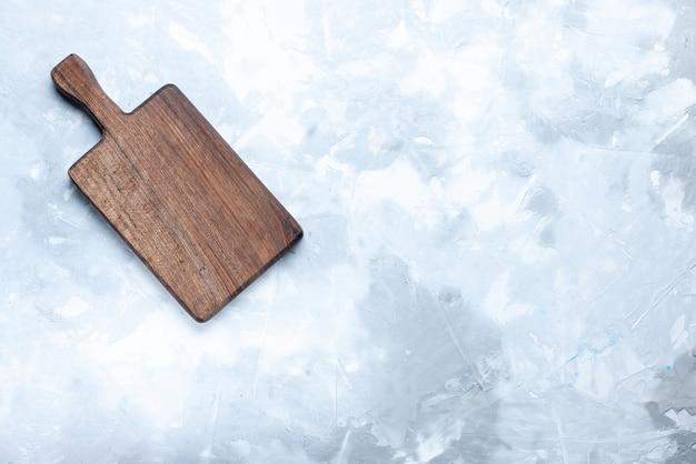 Vista dall'alto della scrivania in legno marrone, per cibo su legno chiaro, legno