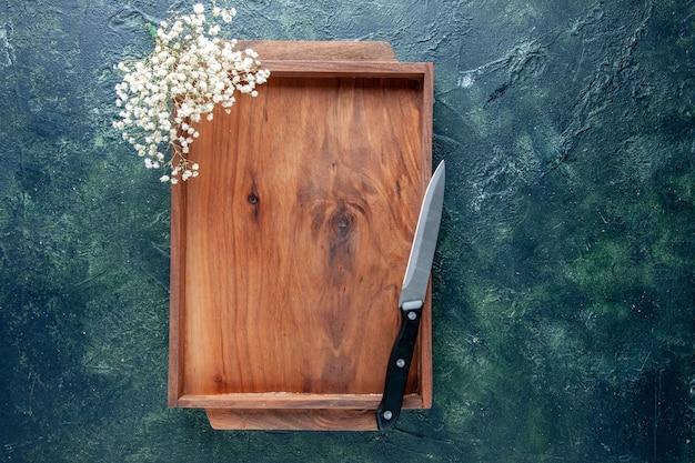 ダークブルーの背景に茶色の木製デスクの上面図食品手作り椅子テーブルバーゲンカラーウッド