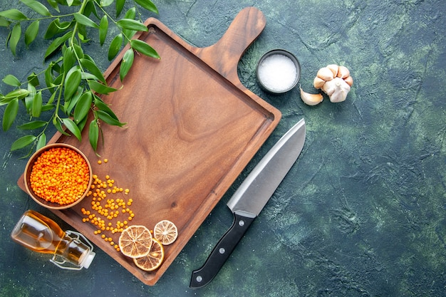Scrivania in legno marrone vista dall'alto con grande coltello su sfondo blu scuro antica cucina cibo colore carne macellaio coltello da cucina