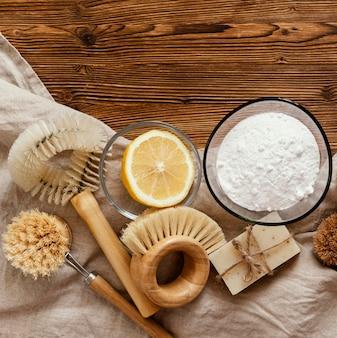 Щетки и пищевая сода вид сверху