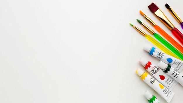 トップビューブラシと水彩絵の具のコピースペース