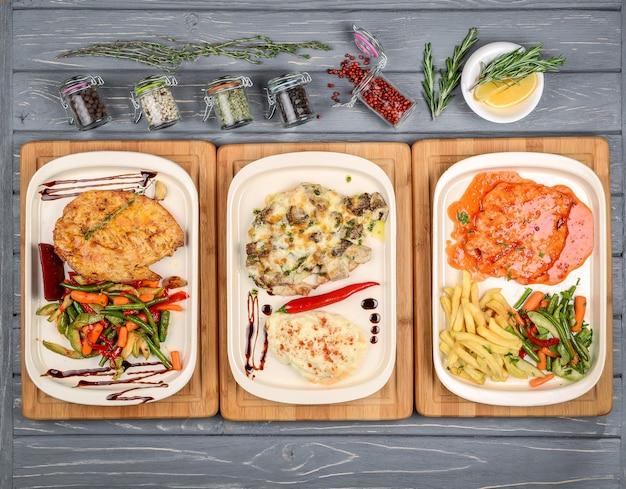 Фуршет с видом сверху с разными вкусными блюдами