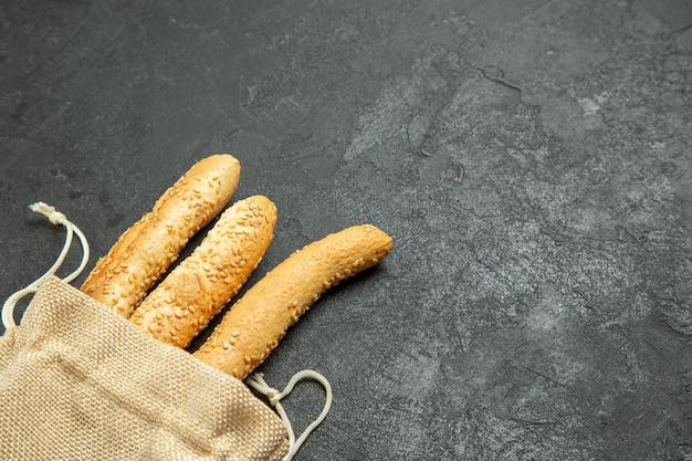 Vista dall'alto di pane panino all'interno della borsa sulla superficie grigia