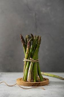 Vista dall'alto mazzo di asparagi su tavola di legno