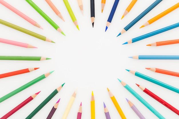 테이블에 다채로운 연필의 상위 뷰 무리