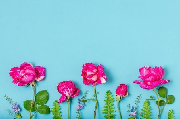 Вид сверху букет роз с копией пространства