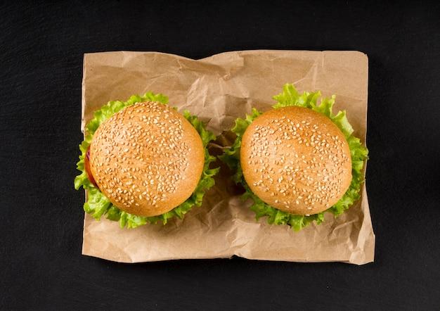 Вид сверху гамбургеры на бумаге