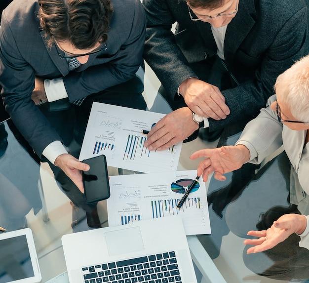Вид сверху. коллеги по бизнесу пожимают друг другу руки в знак согласия
