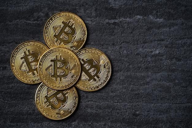 어두운 검은 슬레이트 테이블 배경에 bitcoin cryptocurrency 돈의 상위 뷰 비즈니스 개념.