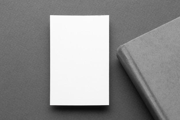 Визитная карточка и книга вид сверху