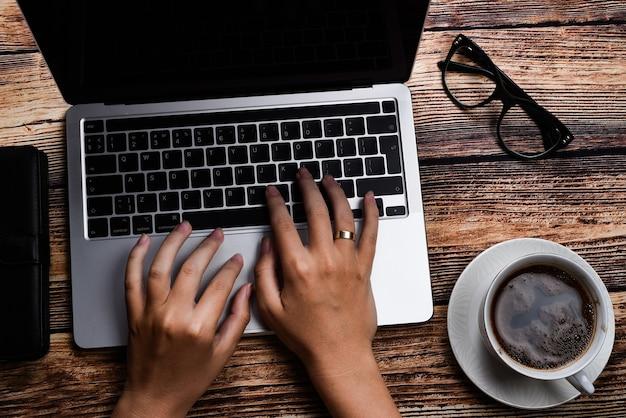 Вид сверху бизнесвумен на ноутбуке на рабочем месте
