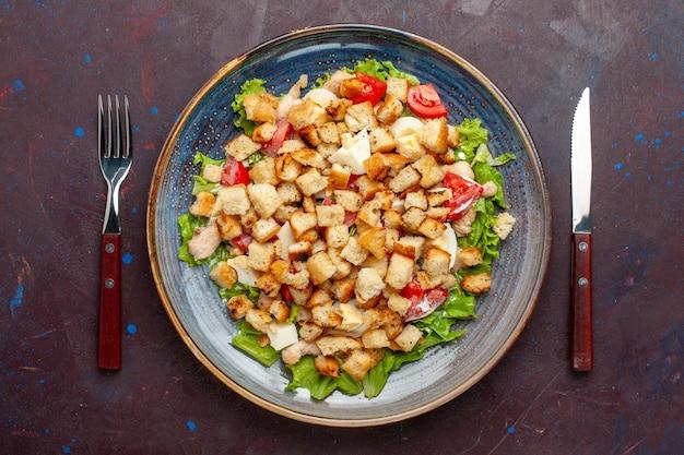 Vista dall'alto caesar salad con verdure a fette e fette biscottate sul muro scuro insalata di verdure cibo pranzo pasto gusto fette biscottate