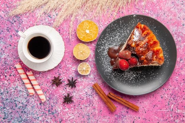 ピンクの机の上のチョコレートと赤いイチゴのお茶のトップビューケーキスライスビスケット甘い砂糖デザートケーキ焼き