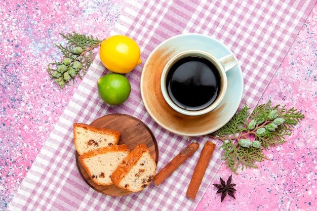 Fette di torta vista dall'alto con caffè e cannella sulla torta di superficie rosa cuocere i biscotti di zucchero della torta di colore del biscotto dolce