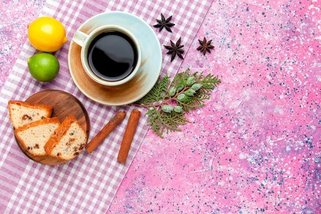 분홍색 배경 케이크에 커피 레몬과 계피와 상위 뷰 케이크 조각 달콤한 비스킷 컬러 파이 설탕 쿠키를 구워