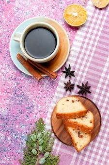 Fette di torta vista dall'alto con una tazza di caffè sulla torta di superficie rosa cuocere il biscotto torta di colore zucchero dolce biscotto
