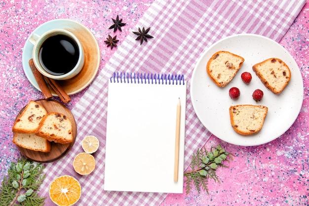분홍색 배경 케이크에 커피와 메모장의 컵과 상위 뷰 케이크 조각 달콤한 비스킷 설탕 컬러 파이 쿠키를 구워