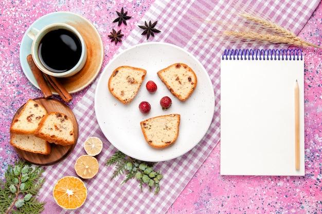 밝은 분홍색 배경에 커피 한잔과 함께 상위 뷰 케이크 조각 케이크는 달콤한 비스킷 설탕 컬러 파이 쿠키를 구워