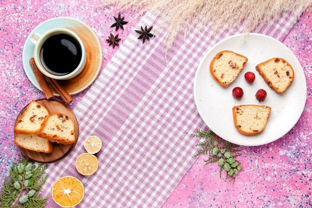 분홍색 배경 케이크에 커피 한잔과 함께 상위 뷰 케이크 조각 달콤한 비스킷 설탕 컬러 파이 쿠키를 구워