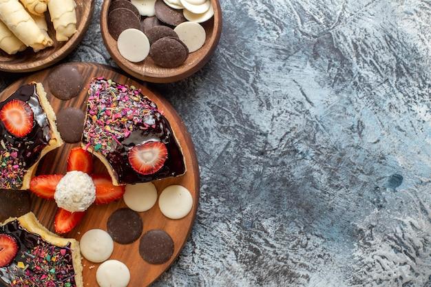 暗い表面にナッツとクッキーが入った上面図のケーキスライス