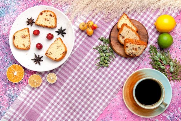 淡いピンクの背景のケーキにイチゴとシナモンのトップビューケーキスライスは甘いビスケット色のパイシュガークッキーを焼く
