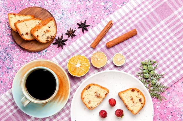 Вид сверху на кусочки торта с клубникой и кофе на розовой поверхности. выпечка сладкого бисквитного пирога.