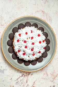 Torta vista dall'alto con cioccolato e crema pasticcera bianca su piatto ovale